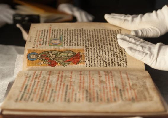 """""""Códices, joyas de las catedrales gallegas en la Edad Media"""". Exposición bibliográfica, Compostela"""